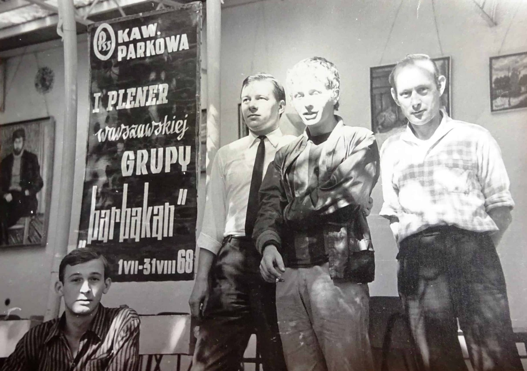 wernisaż grupy Barbakan w kawiarni Parkowa 1968 r. Drugi od prawej Marek Kotliński – Rao, pozostali to pracownicy kawiarni.